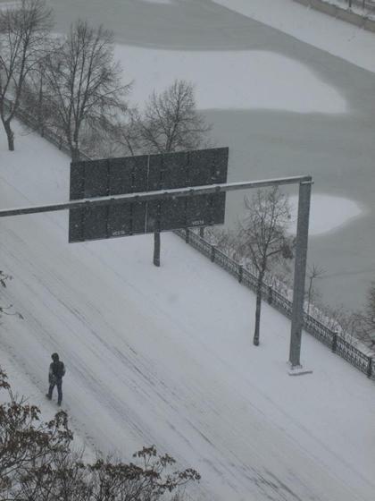 """Iarna pe ulita numita """"Splaiul Independentei"""" (vedere din caminul-turn din Grozavesti). Autor Oana Camelia Serban"""